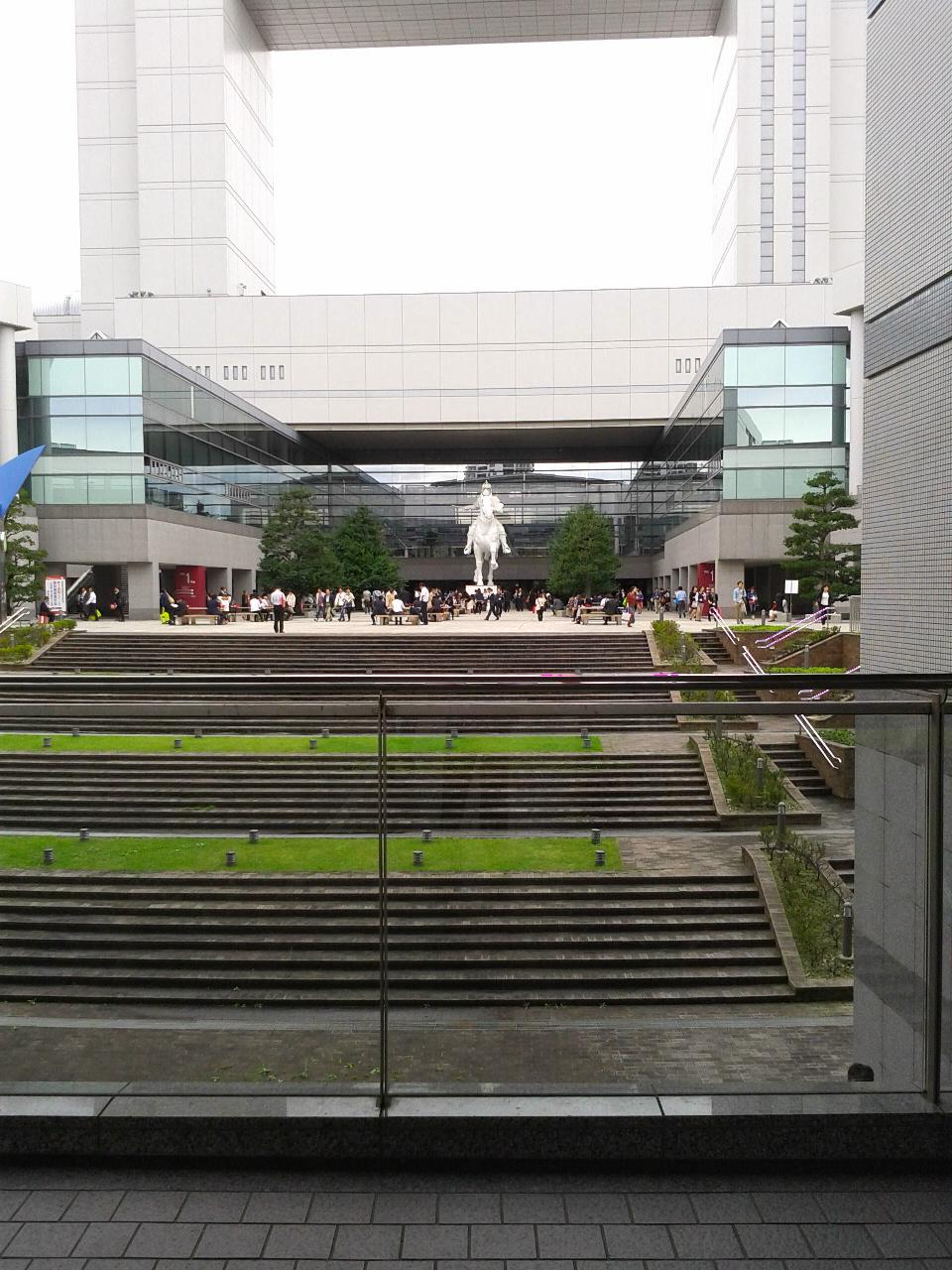 『名古屋』2016.10(その1)に行きました。  名古屋国際会議場。  とにかくデカい謎のモニュメント。  ピョンヤン(平壌)とか、旧東欧諸国に建立された銅像並。コンセプト不明…
